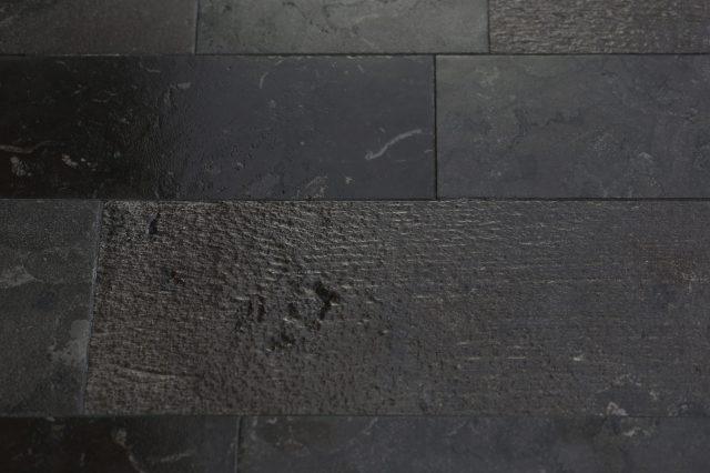 Pavimento in pietra con un insieme di diverse finiture