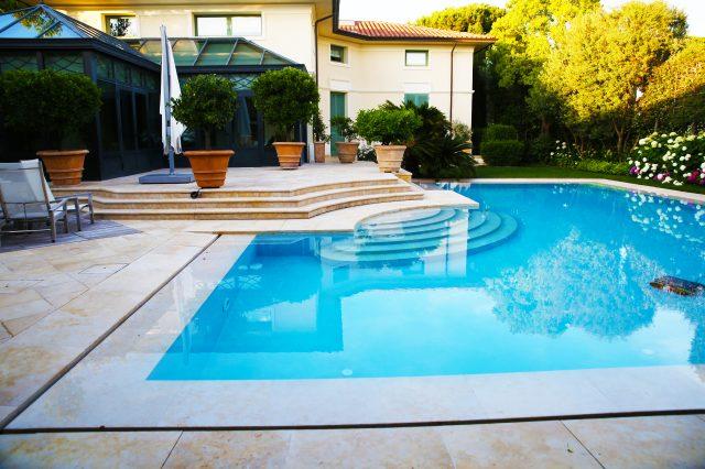 Prelivni bazen z marmorjem