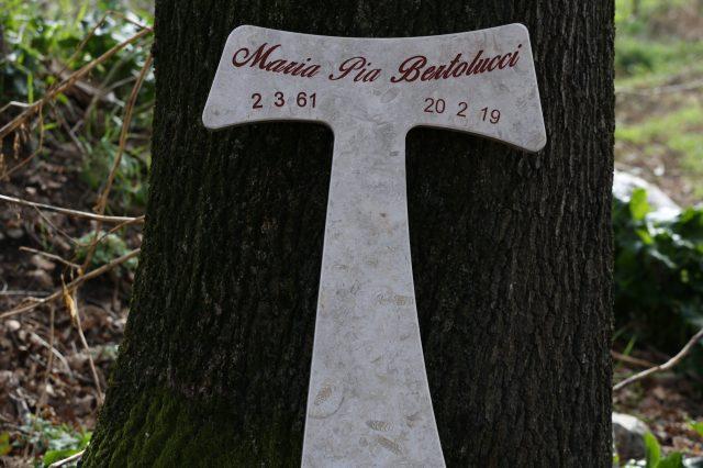 Tau križ v Jeruzalemu kamen, posvečen spominu na prostovoljno redovnico Marijo Pia Bertolucci kulturno animatorko, žensko vere
