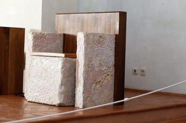 Orginalny fotel  wykonany z kamiennego bloku