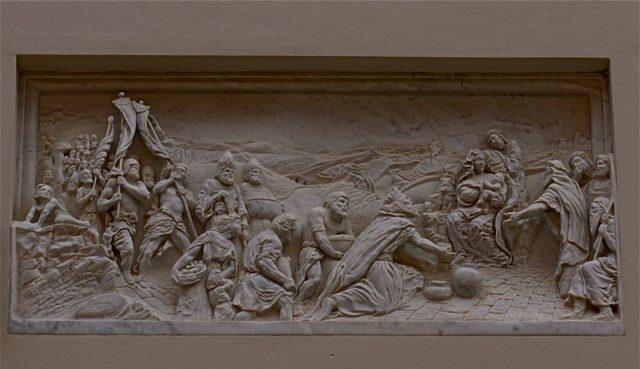 Rzeźba w kamieniu o świętym motywie