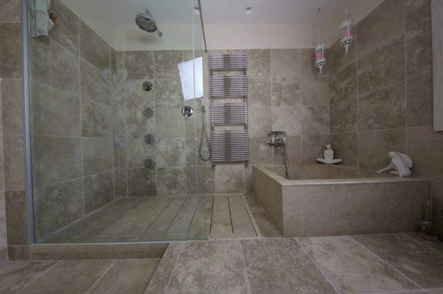 Bad und Badezimmerboden