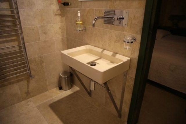 kamnite kopalnice z umivalnikom
