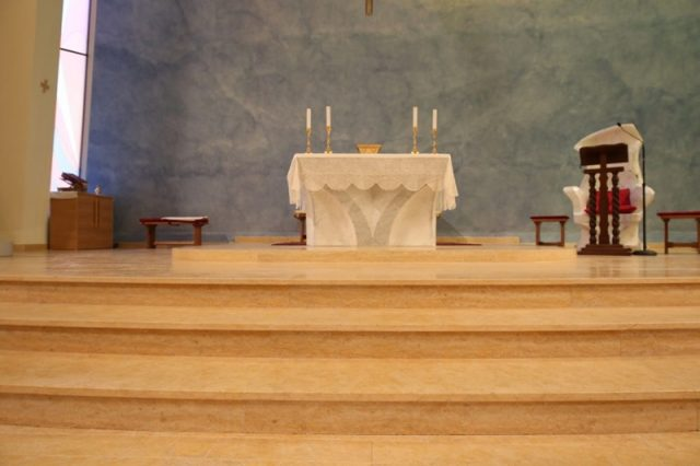 Scala presbiterio in marmo di Gerusalemme