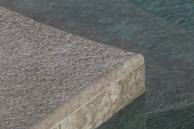 Anti-slip stone edge for swimming pools