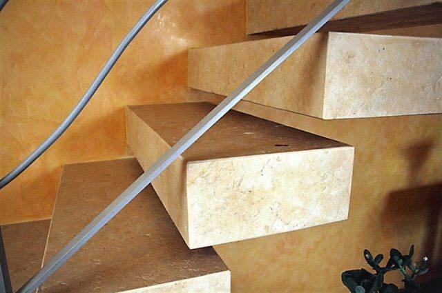 Naravni kamen za notranje in zunanje stopnice