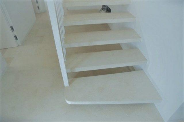 Moderne Treppe in Jerusalem Gold Stone