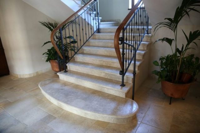 Kundenspezifische Treppen in Jerusalemer Marmor